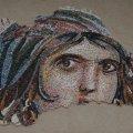 Homokágy-utánzat veszi körbe a kész mozaikrészletet