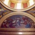 A Géniusz a restaurált mauzóleum bal oldali csegelyén