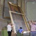 Az oltárkép óvatos leemelése a falról